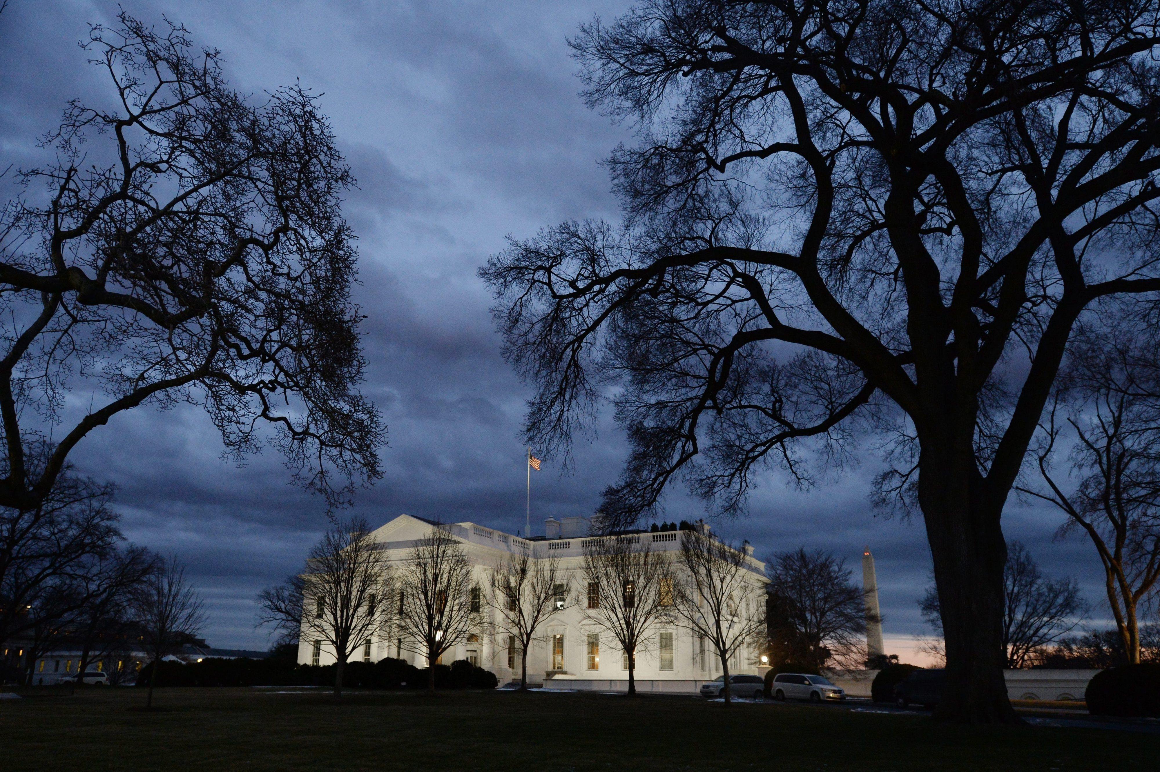 Entretanto, na sala de crise da Casa Branca… Uma discussão acesa com direito a gritos e a medir o tamanho das pilhas de estudos