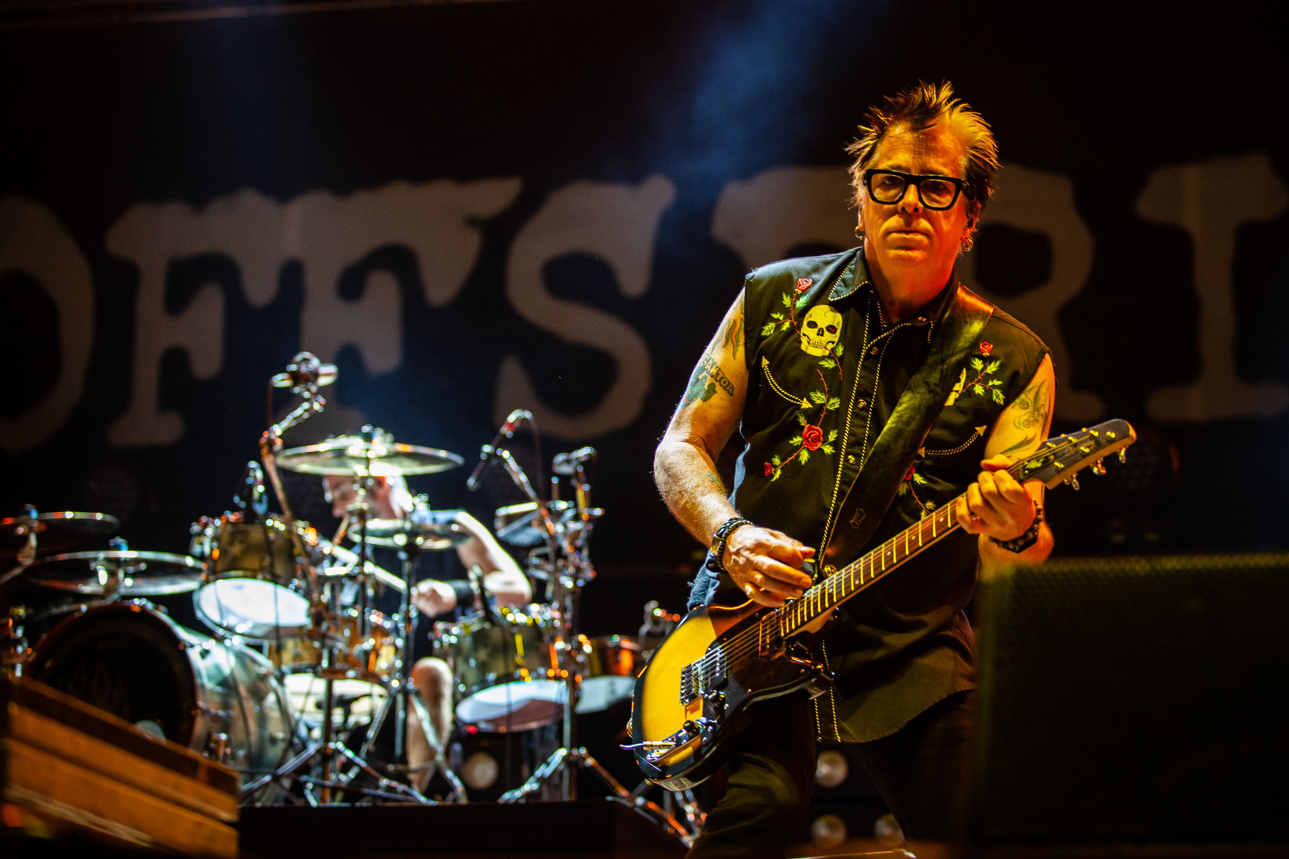 De um lado, a festa punk dos Offspring. Do outro, o melodrama gótico. Ganhou o punk