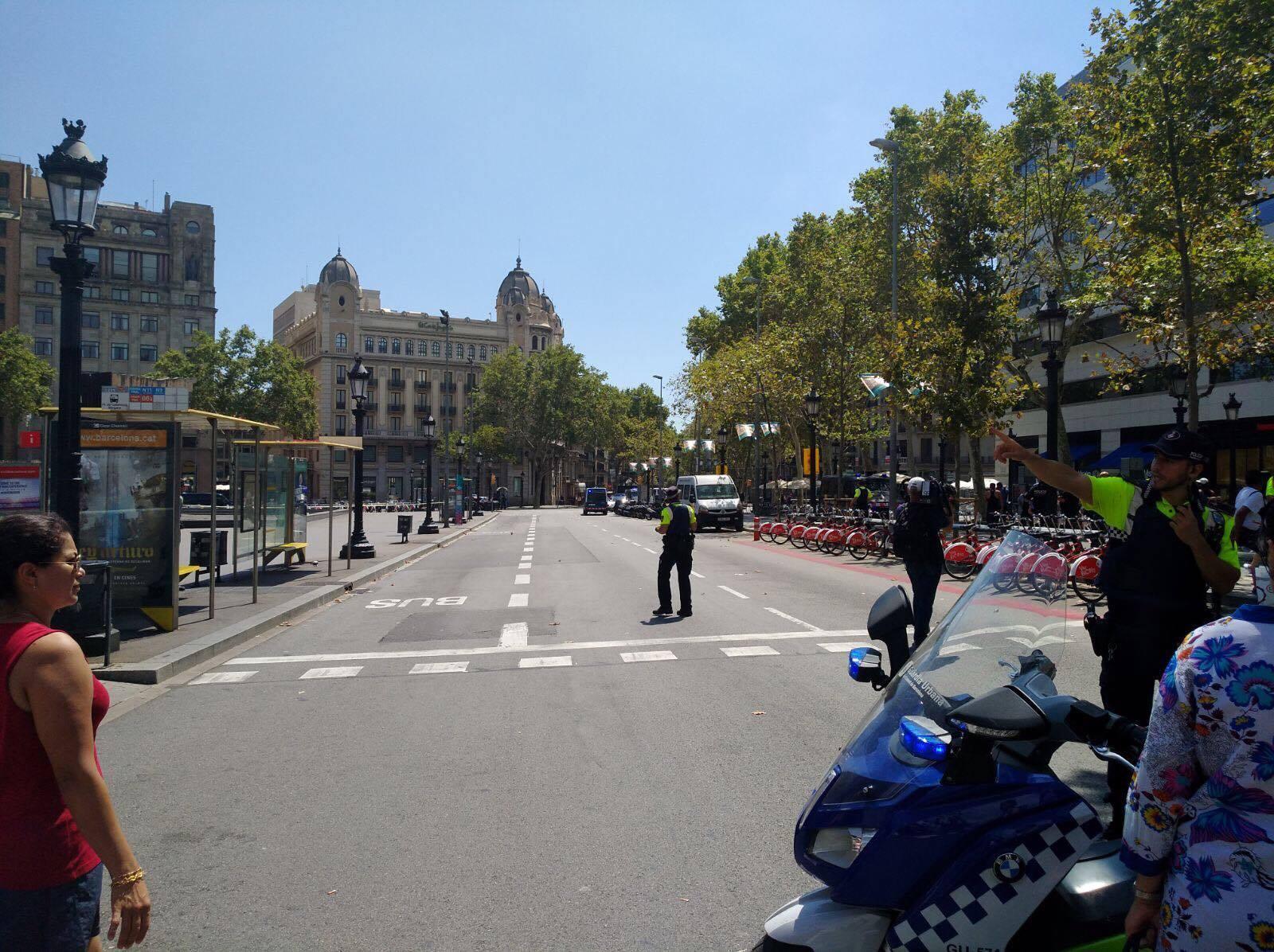 Barcelona: Polícia evacua parte da zona das Ramblas. Situação normalizada