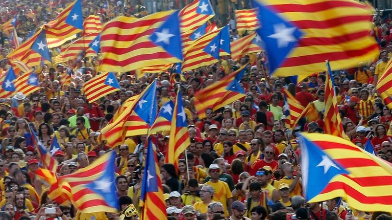"""""""Não tenham medo e saiam às ruas"""": Apelo de autarca de Barcelona aos catalães"""