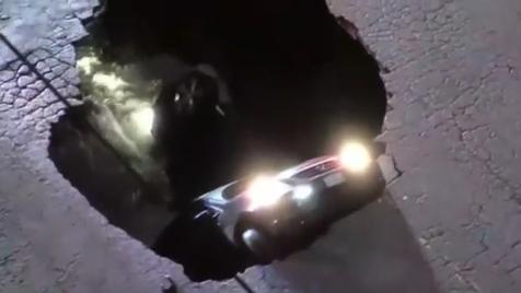 Carros engolidos por buraco nos EUA