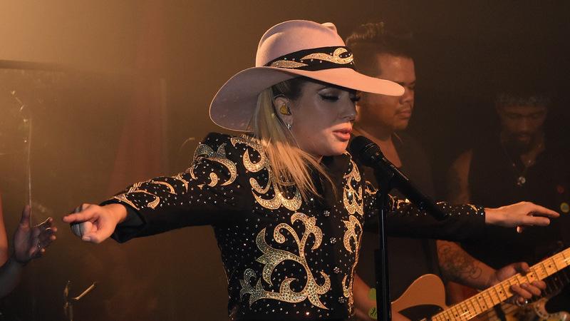 Lady Gaga emociona-se no bar onde começou a carreira