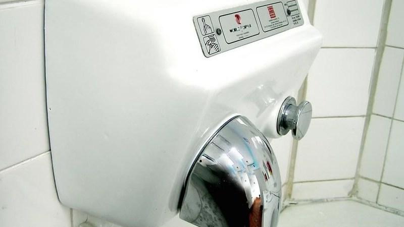 Toalhetes de papel ou jatos de ar? Novo estudo lança alerta sobre dispositivos para secar as mãos