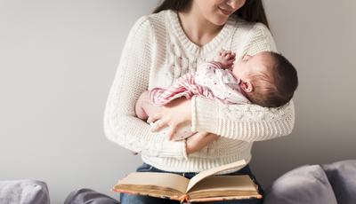 Livros de parenting podem aumentar ansiedade e causar depressão às mães de bebés