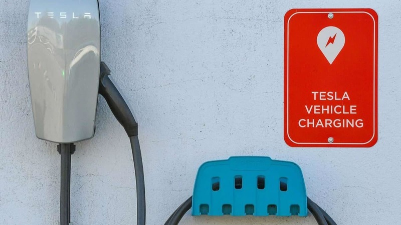 """Produção de lítio para as baterias dos Tesla é """"menos poluente do que 30 chávenas de café"""""""