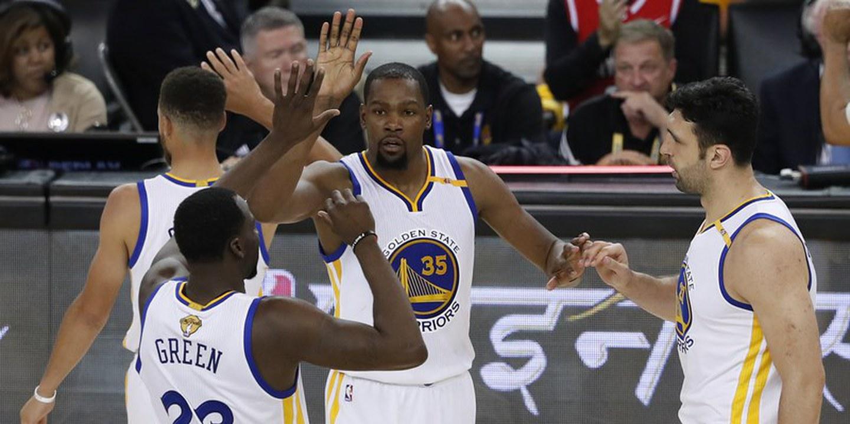 Kevin Durant carregou os Warriors para o 8º triunfo consecutivo