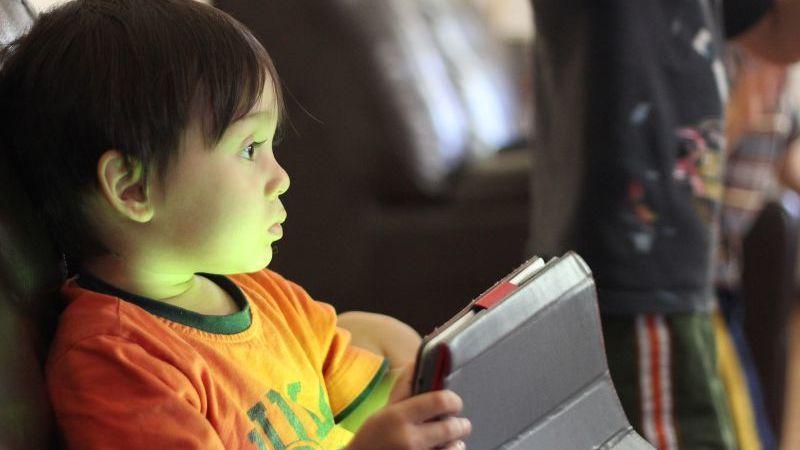 Os efeitos negativos da exposição das crianças aos ecrãs