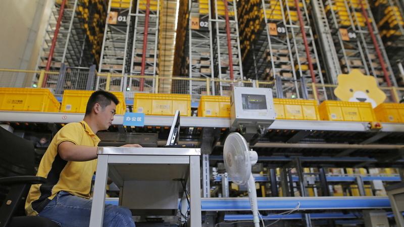 Indústria chinesa cresce ao ritmo mais lento desde 2002 face a disputas com EUA