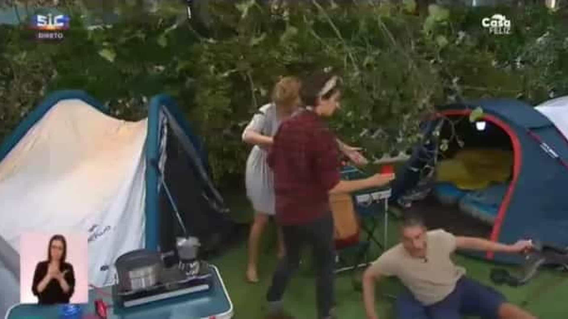 Vídeo: Cláudio Ramos caiu em direto e Cristina Ferreira chorou a rir