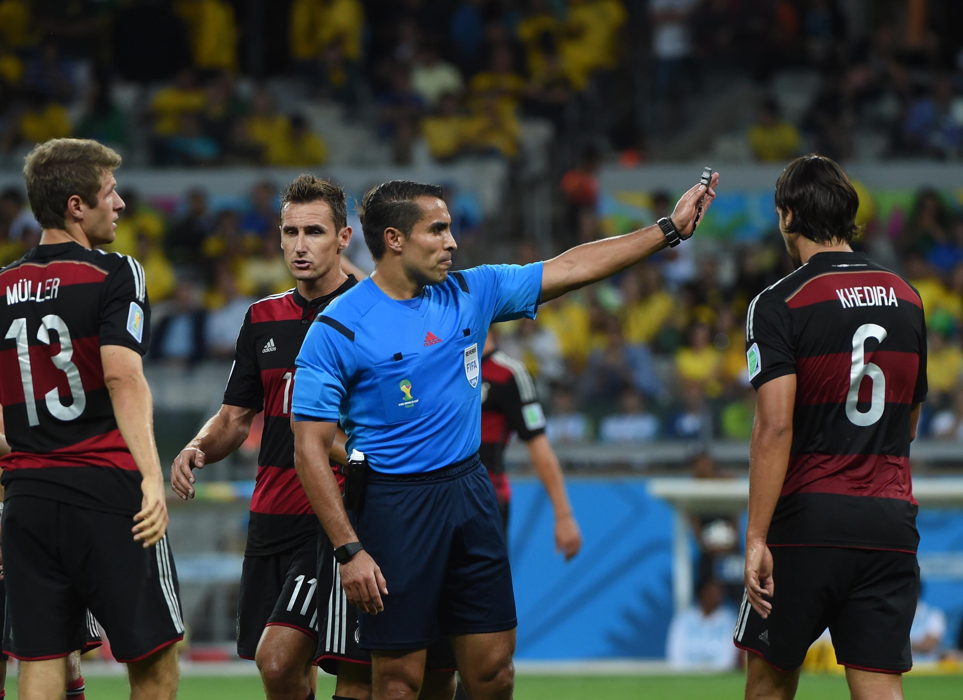 Árbitro dos 7-1 da Alemanha ao Brasil despedido ao fim de três dias como treinador
