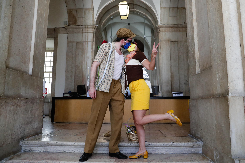 Artistas entregam cabaz com alimentos e 151 euros à Ministra da Cultura. No protesto, dois do membros vestiram-se como Bonnie e Clyde