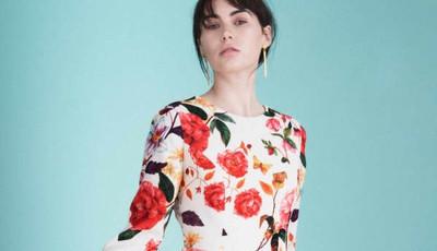 Cinco vestidos estampados com flores para entrar em modo primavera/verão