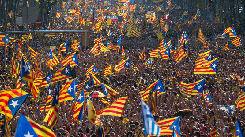 Catalunha: os extremos digladiam-se nas ruas