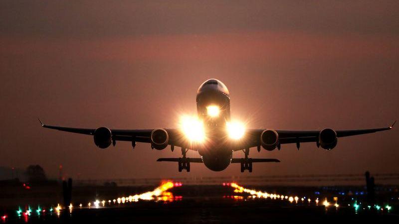 Acha sempre que os bilhetes de avião são caros? 10 dicas para conseguir poupar