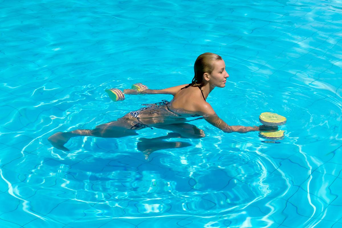 5 exercícios aquáticos que modelam e tonificam