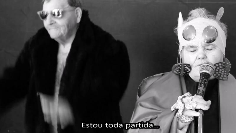 """""""Telemóveis"""" no centro comunitário: idosos fazem versão de tema de Conan Osíris"""