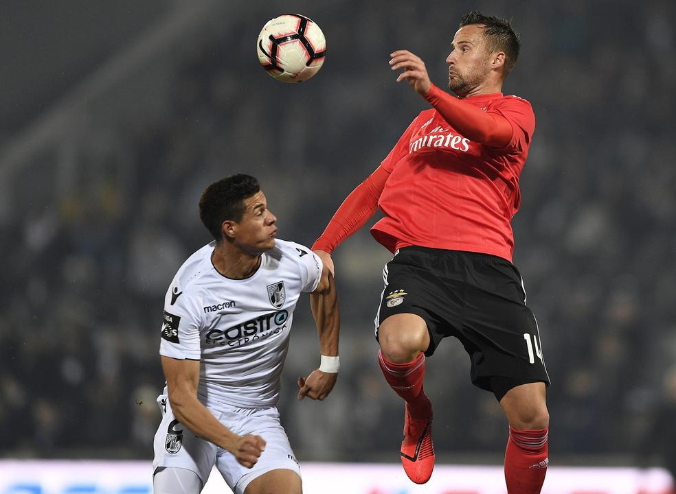 Benfica vence em Guimarães e recupera o segundo lugar