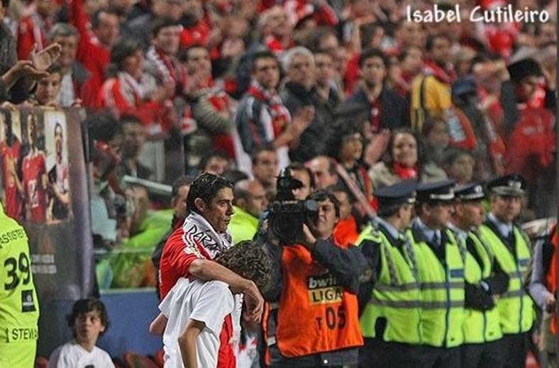A imagem do 'apanha-bolas' Bernardo Silva na despedida do ídolo Rui Costa