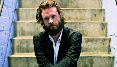 "Em ""God's Favorite Customer"", Father John Misty é um trovador atormentado"