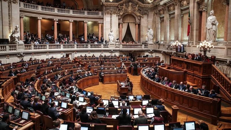 Deputados ganham seis mil euros para ir a casa sem apresentar faturas de viagens - verdadeiro ou falso?