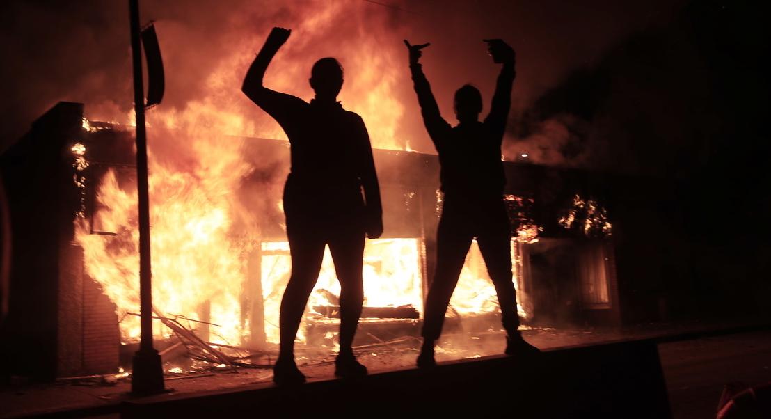 EUA: decretado recolher obrigatório em várias cidades por causa dos protestos. Vários jornalistas foram atacados pelas autoridades