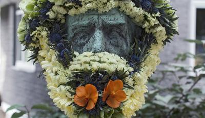 Estátuas ganham nova vida com arranjos florais