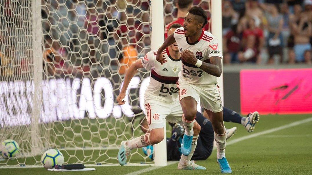 O erro clamoroso do guarda-redes do Ath. Paranaense que deu vantagem ao Flamengo