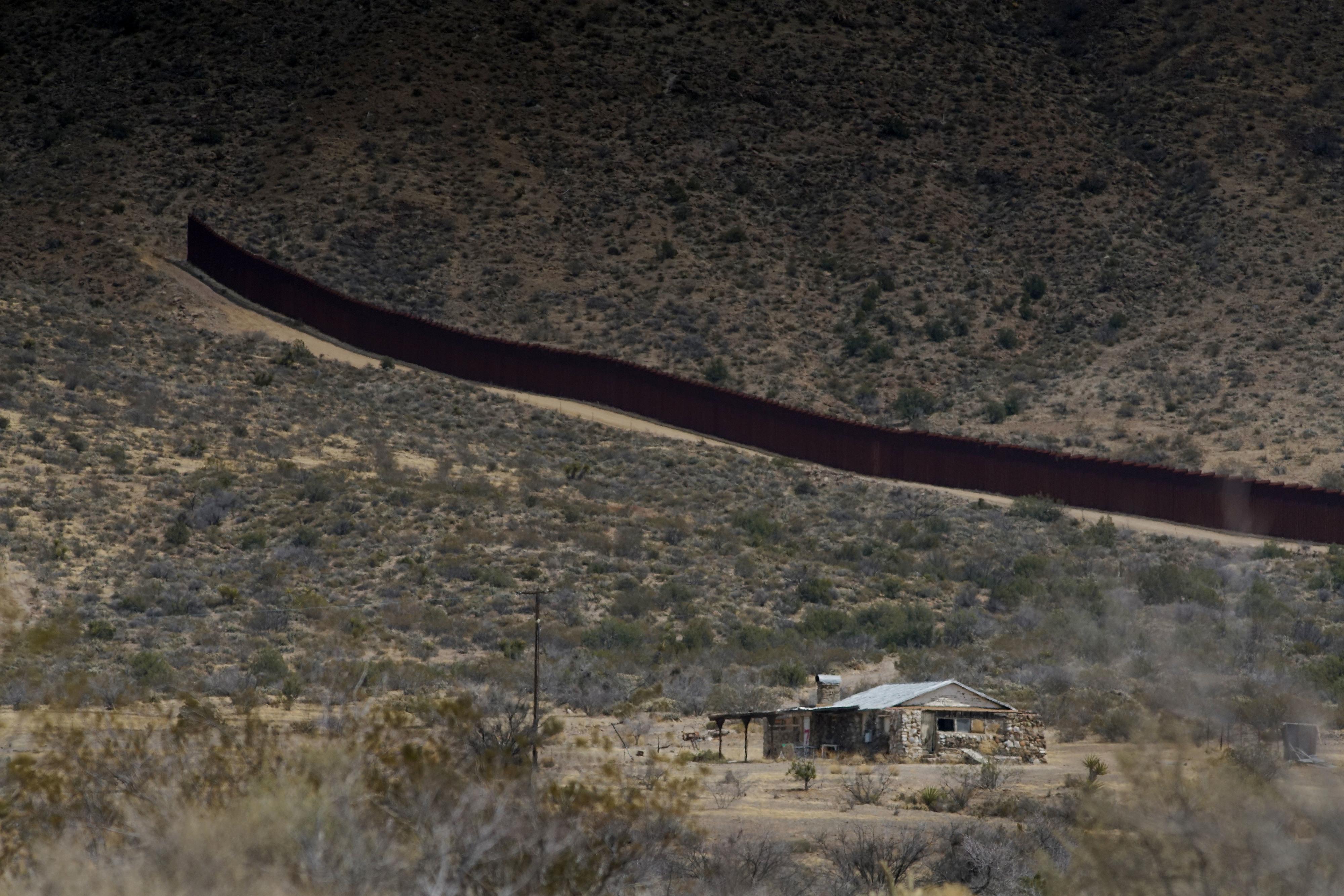 Patrulha dos EUA encontra criança de três anos perdida na fronteira com o México