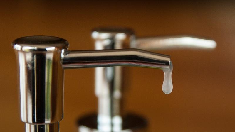 Lavar as mãos com sabonete ou antibacteriano? A DECO explica
