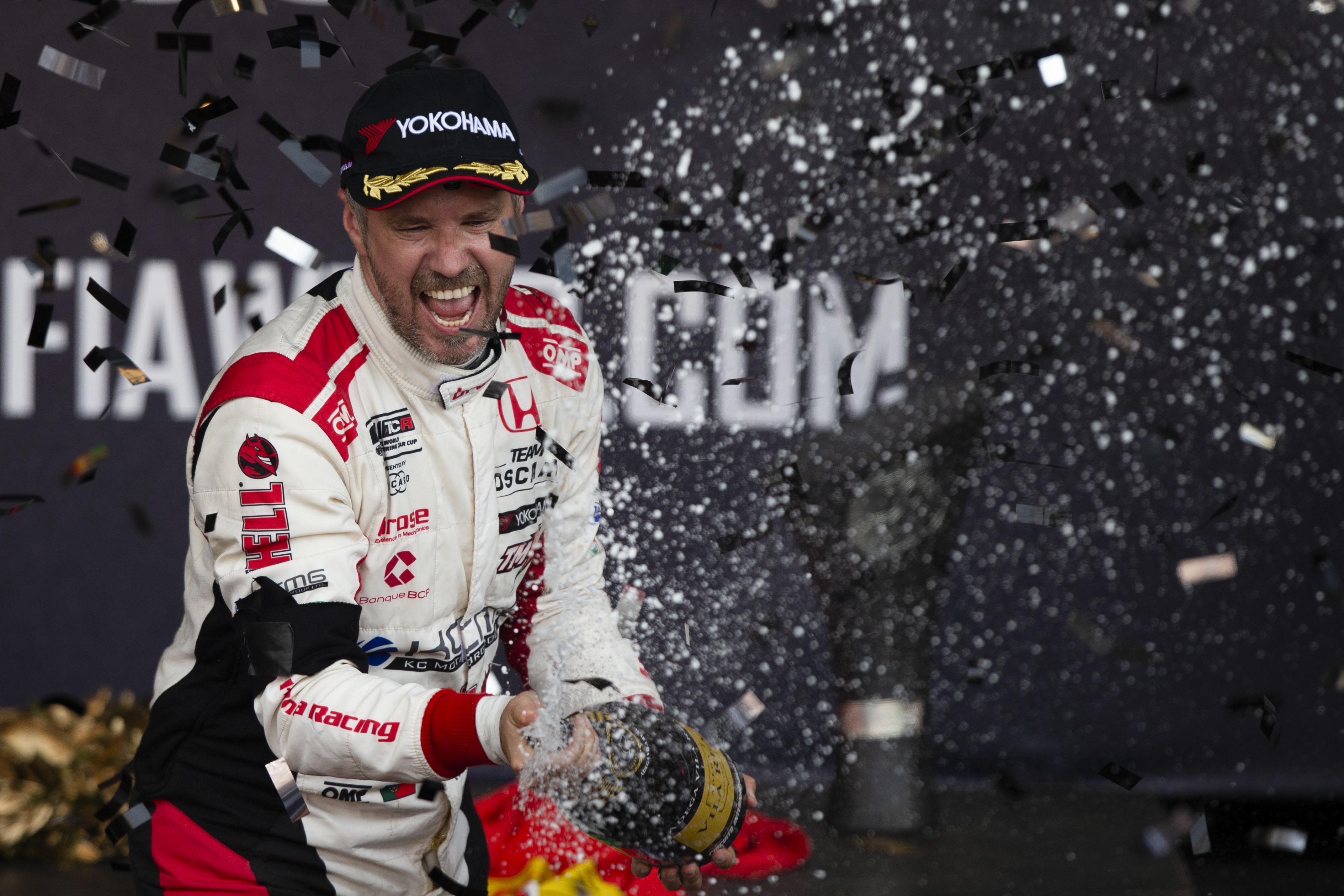 Tiago Monteiro no pódio das 500 milhas de Indianápolis em competição virtual