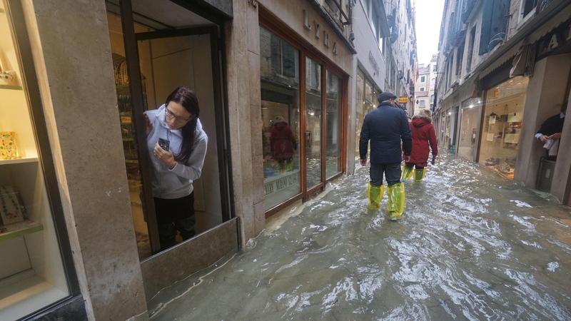 Nem Moisés conseguiu travar as águas em Veneza. Há mais de cinquenta anos que não subiam tanto
