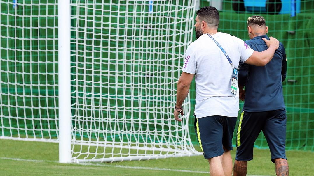 Este foi o momento em que Neymar sentiu as dores no tornozelo