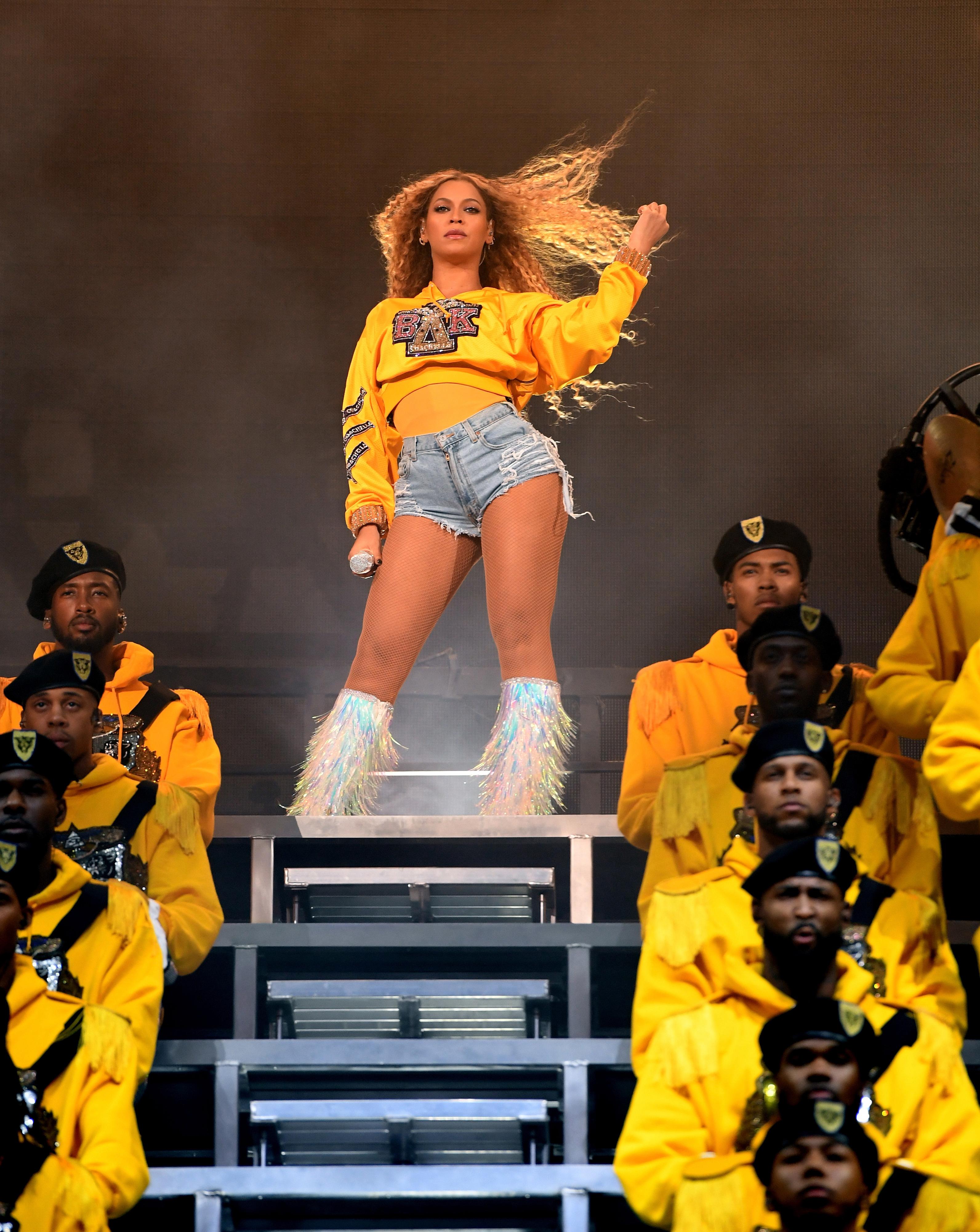 De Beyoncé a Madonna: os acidentes que eles já sofreram em palco