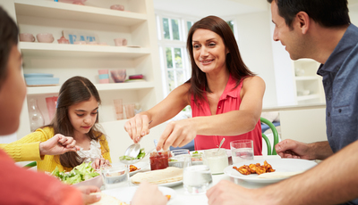 Jantar regularmente à mesa pode evitar problemas sérios e reforça laços familiares