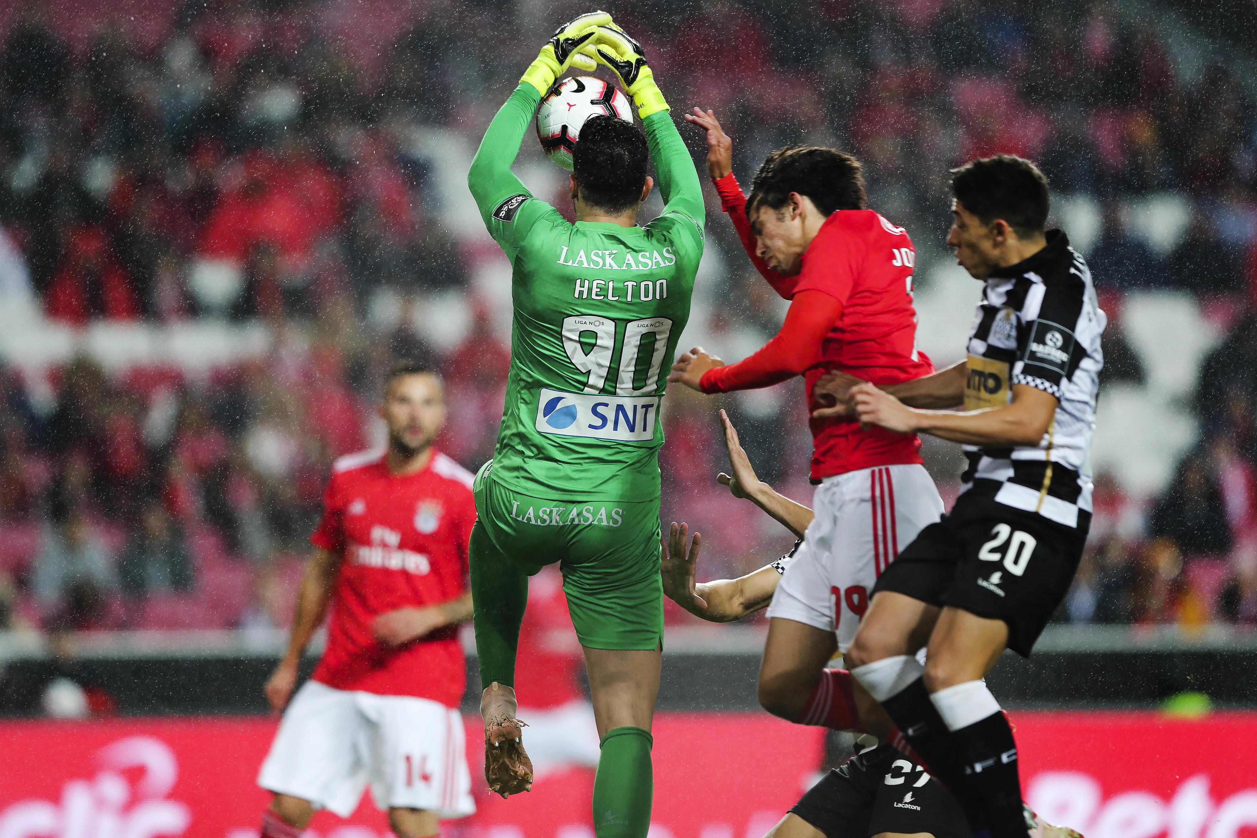Benfica: Chegada de Helton Leite pode dar lugar a duas saídas