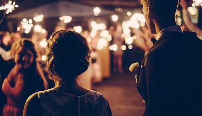 5 cores a evitar se for convidada para um casamento