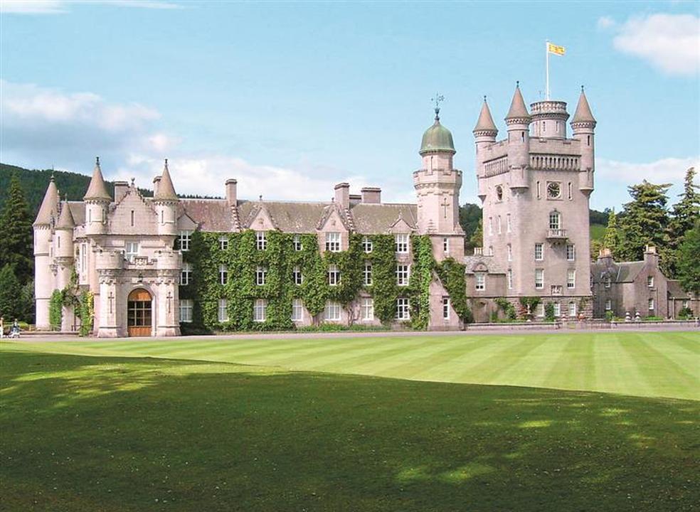 Verão. Conheça as casas de férias luxuosas de políticos, reis e papas