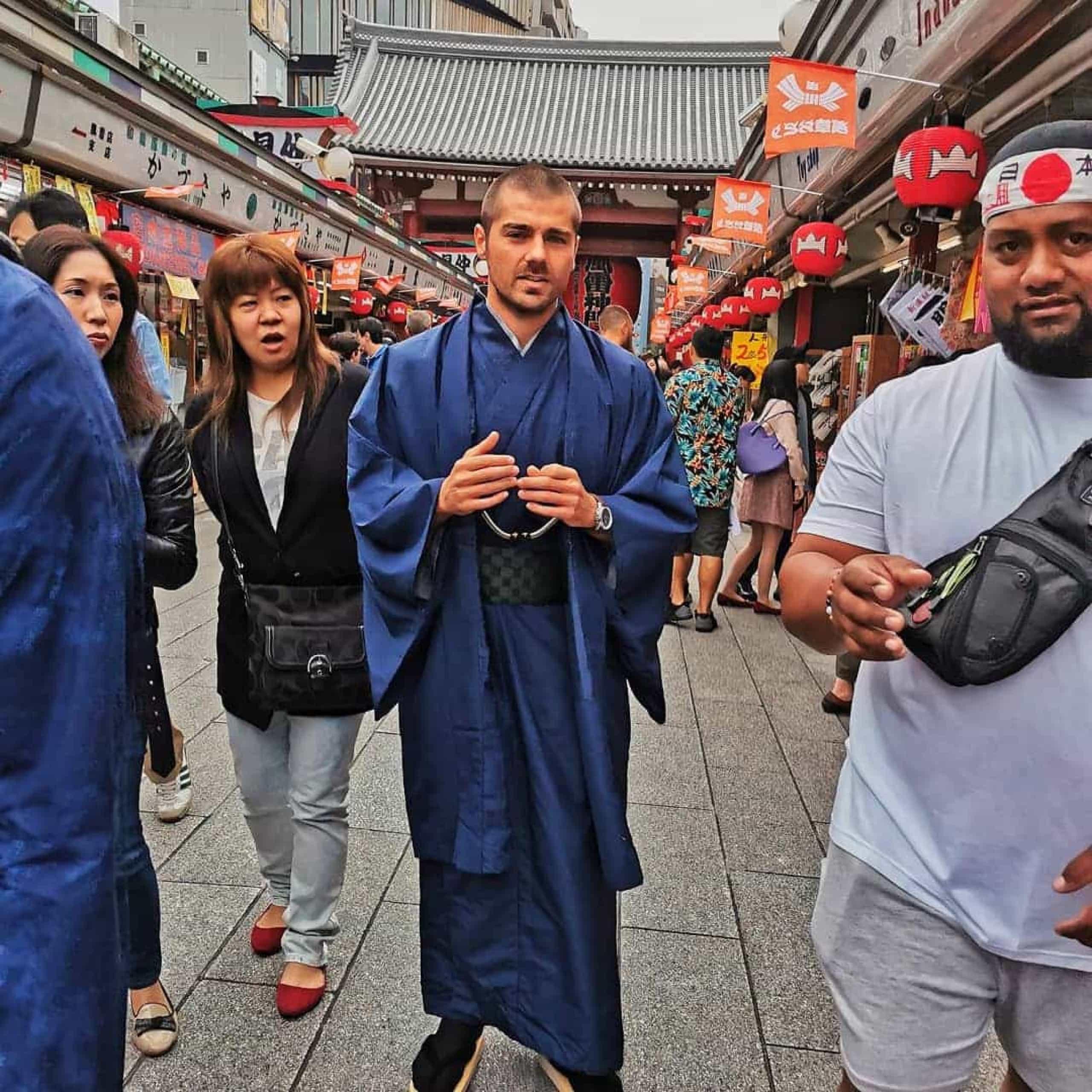 Que belo kimono! Lourenço Ortigão vestido a rigor no Japão