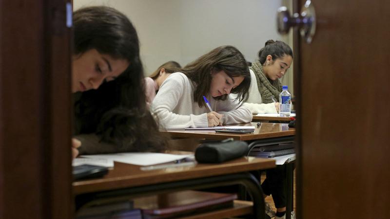 Segunda-feira arrancam duas semanas de provas para 260 mil alunos