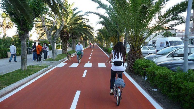 Acabaram-se as dúvidas. Não é obrigatório, mas é bom usar capacete nas bicicletas e trotinetas