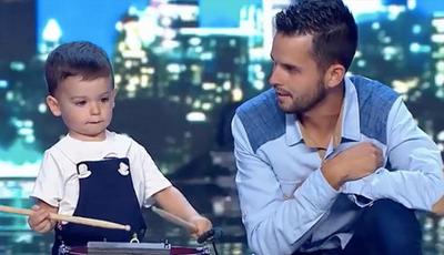 """Viral: criança de dois anos surpreende ao tocar tambor no """"Got Talent"""""""
