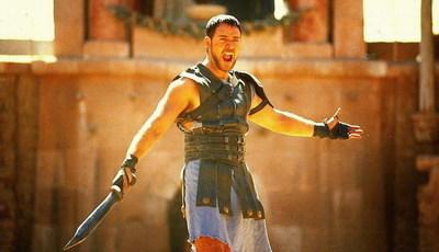 """Russell Crowe coloca espada de """"Gladiador"""" à venda e há um grande interessado"""