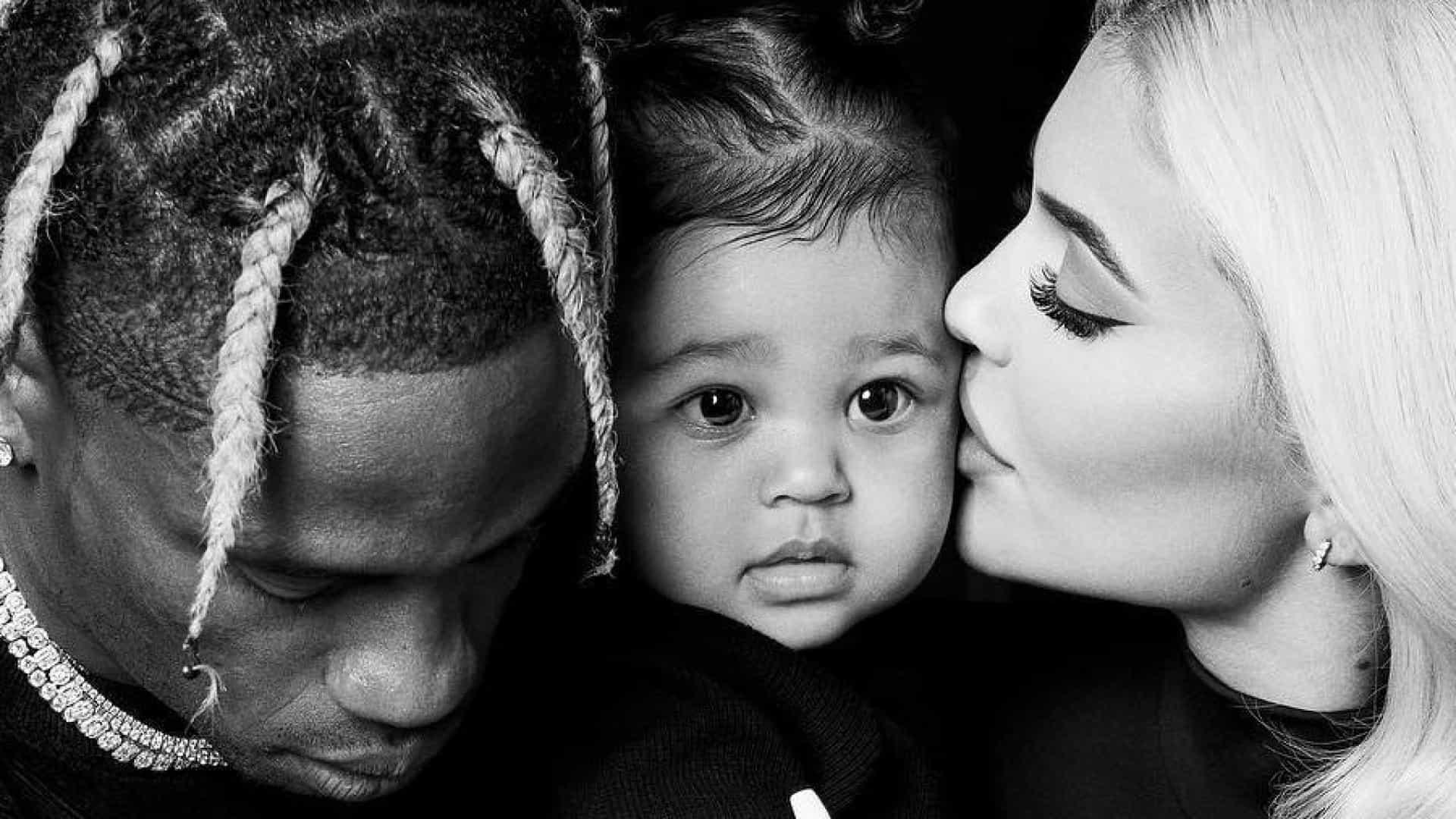 Kylie Jenner partilha fotos amorosas de Travis Scott e Stormi