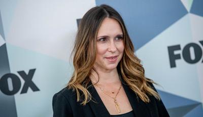 "Jennifer Love Hewitt pede desculpa por look ""desastroso"" na red carpet"