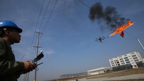 Empresa usa drone para queimar lixo dos cabos de alta tensão