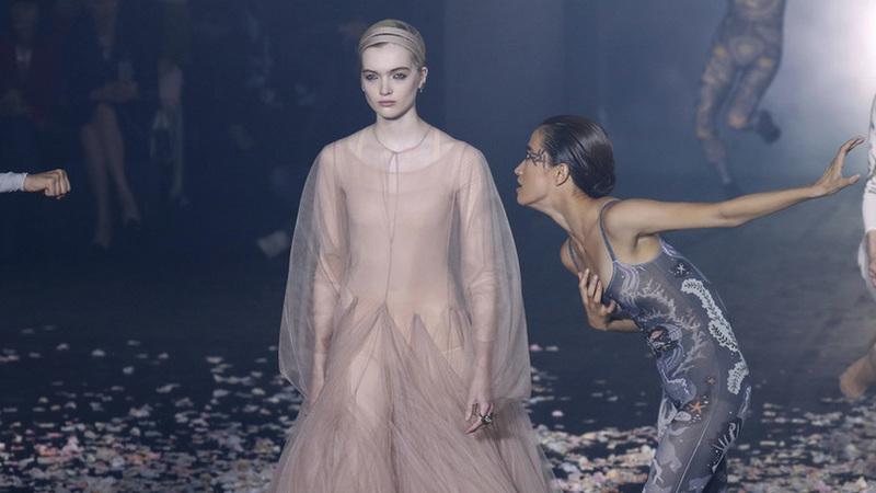 A menina dança? Dior apresenta coleção inspirada nas artes performativas