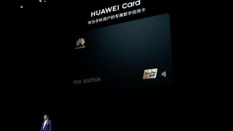 Huawei também vai ter um cartão de crédito físico e pagamentos com smartphone