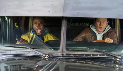 """Trailer """"Spenser: Confidencial"""": Mark Wahlberg e Winston Duke são o Batman e Robin da Netflix"""