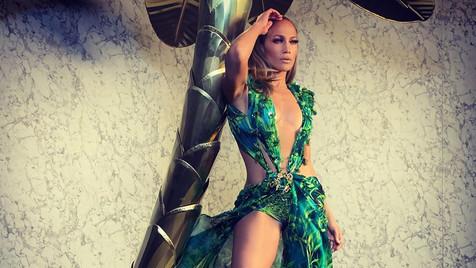 Jennifer Lopez desfila para Versace com vestido que estreou há quase 20 anos