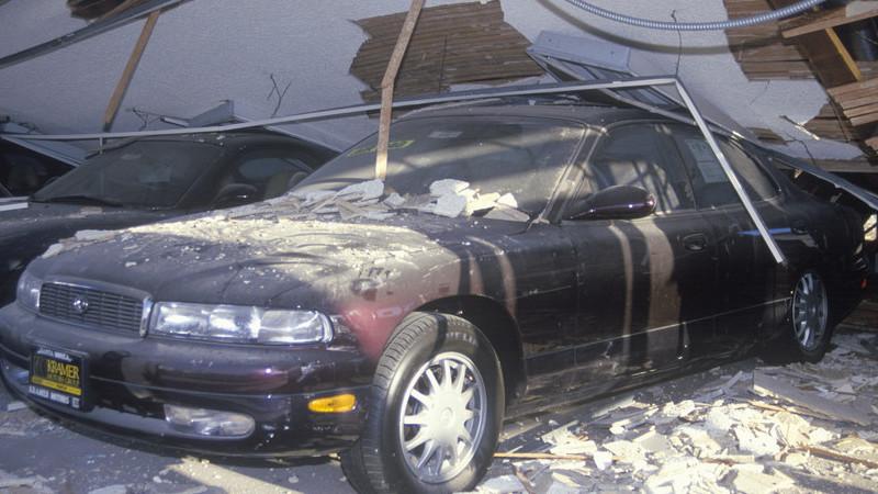 Imagens que mostram o queo grande sismo de Los Angeles fez à cidade há 25 anos
